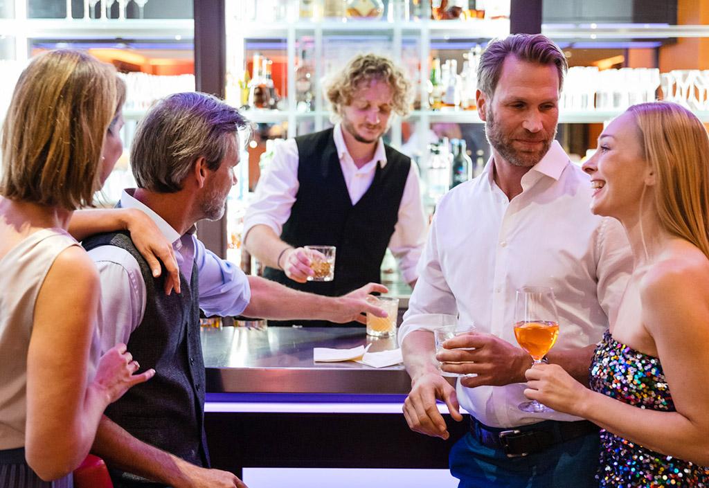 graeflicher-park-health-resort-hotel-bar-oscars-people-at-the-bar